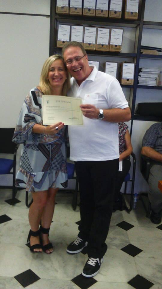 Sra. Diléia recebendo seu Certificado.