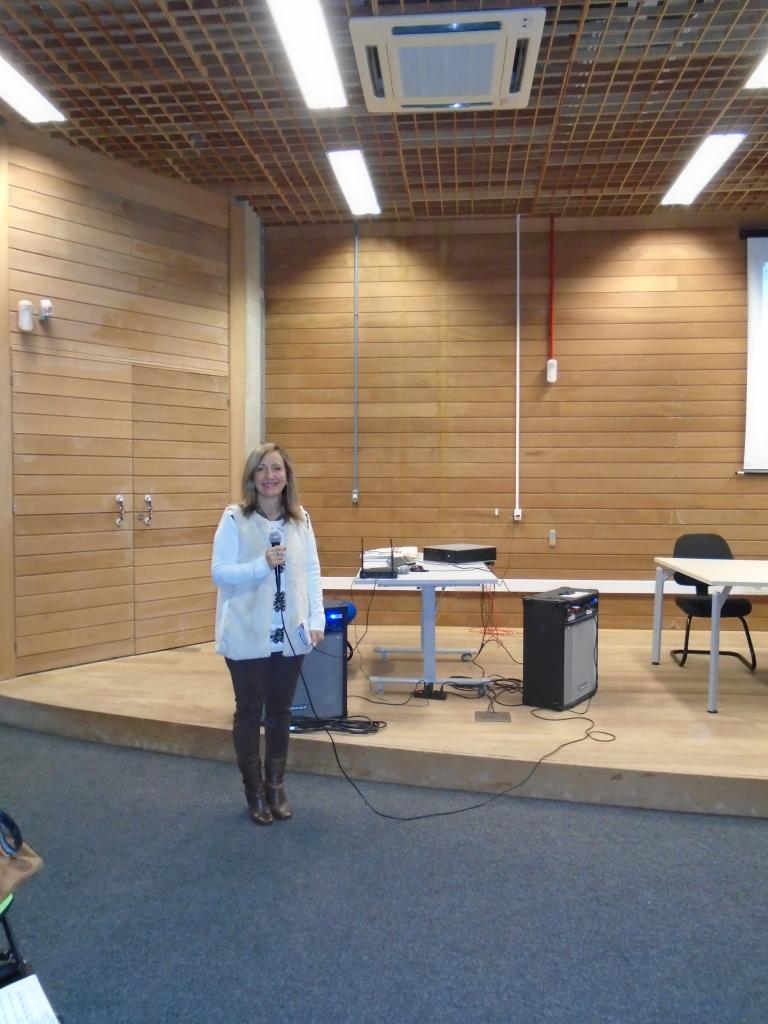 A Presidente da AOESC, Sra. Diléia Pereira Bez Fontana, realiza os comunicados e abertura do último dia do evento.