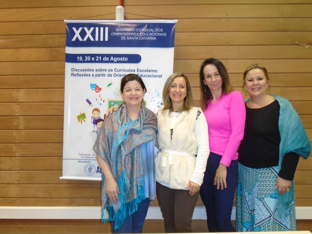 A Presidente da AOESC, Sra. Diléia Pereira Bez Fontana, Coord. Social e Cultural, Sra. Graziela Raupp Pereira e Associadas de Joinville.