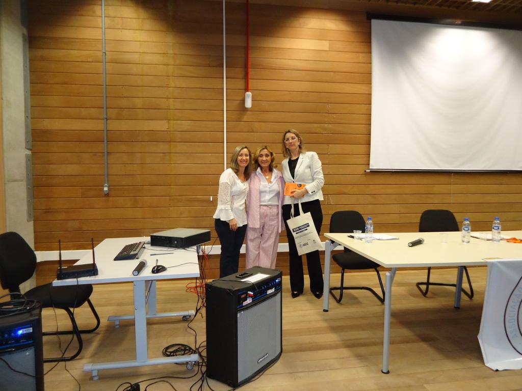 A Presidente da AOESC, Sra. Diléia Pereira Bez Fontana, entrega os materiais do Seminário as palestrantes Profa. Dra. Mirian Paura S. Z. Grinspun e a Profa. Dra. Caroline Kern.