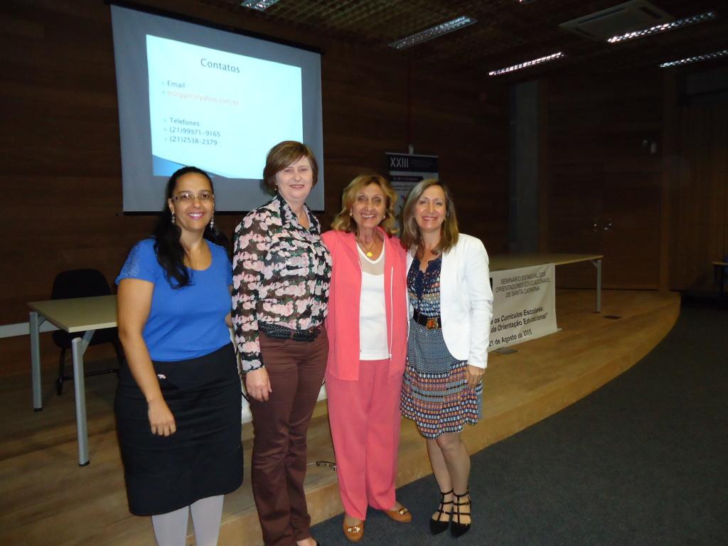 Diretoria da AOESC (esq. dir., Sra. Lilian de Souza Gomes, Marli Marlene Schmidt e Sra. Diléia Pereira Bez Fontana) e a palestrante Profa. Dra. Mirian Paura S. Z. Grinspun.