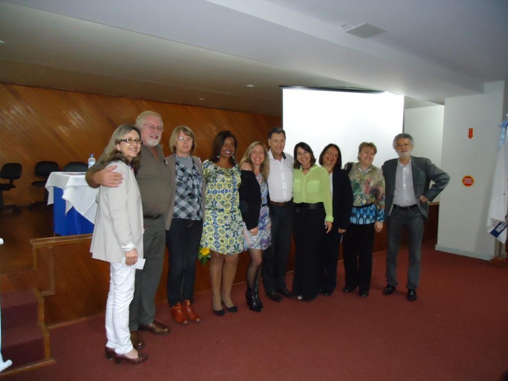 Participantes do evento posam para foto ao lado do Prof. Dr. Luiz Carlos de Freitas da UNICAMP.