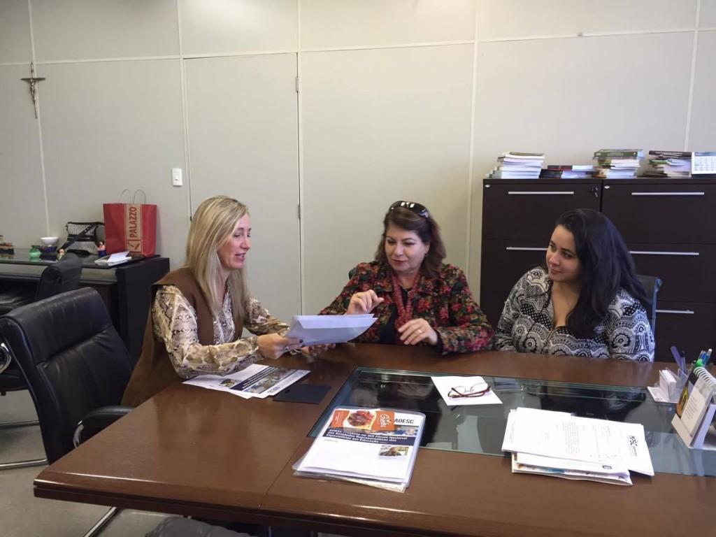 Sra. Diléia Pereira Bez Fontana, Presidente da AOESC entregando a Carta Documental, o Manifesto e o 42º Informativo da AOESC para a Sra. Elza Moretto, Secretária Adjunta da Secretaria do Estado de Educação.