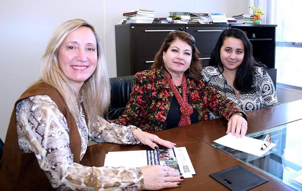 Sra. Diléia Pereira Bez Fontana, Presidente da AOESC; Sra. Elza Moretto, Secretária Adjunta da Secretaria do Estado de Educação; Sra. Sabrina Vieira Teixeira, Estagiária da AOESC.