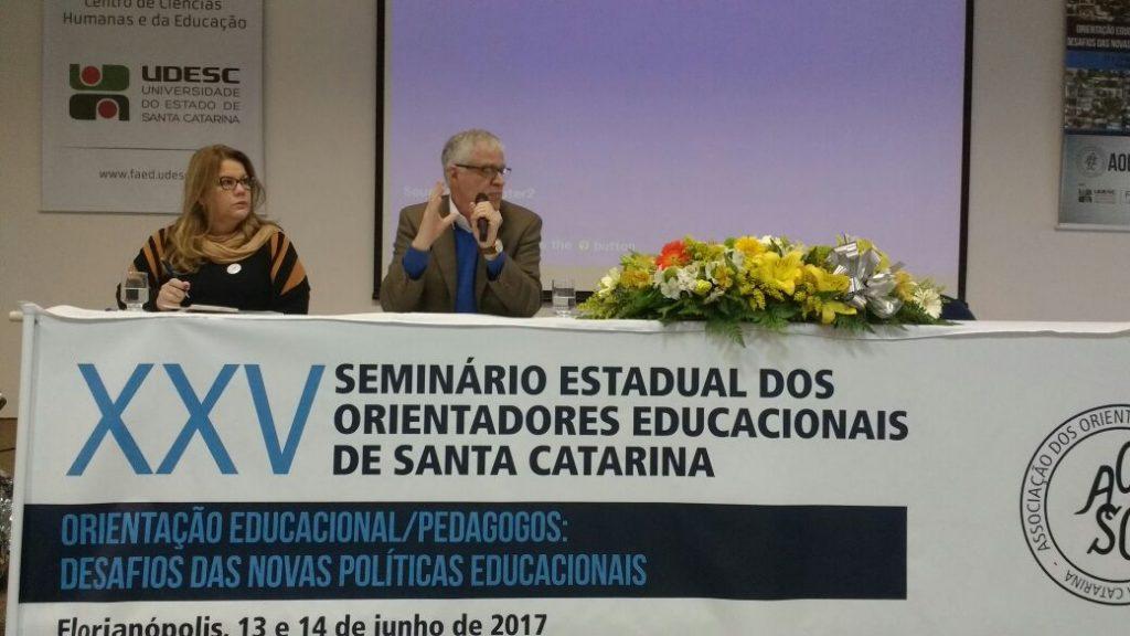 Palestra: Diretrizes Curriculares do curso de Pedagogia. Palestrante: Dr. Sergio Roberto Kieling Franco. Coordenação de mesa: Graziela Raupp Pereira.