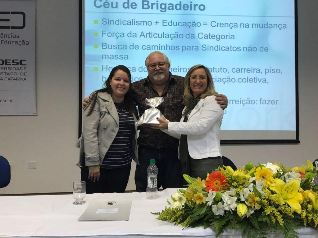 O.E Msc. Raquel da Veiga Pacheco e Presidente da AOESC Diléia Pereira Bez Fontana, entregam uma lembrança ao palestrante Prof. Dr. João Rodrigues de Souza.