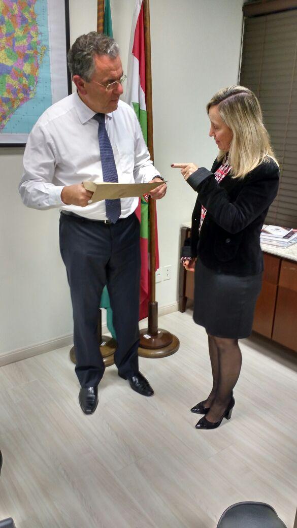 Dalmo Claro Deputado Estadual e a Presidente da AOESC Sra. Diléia Pereira Bez Fontana.