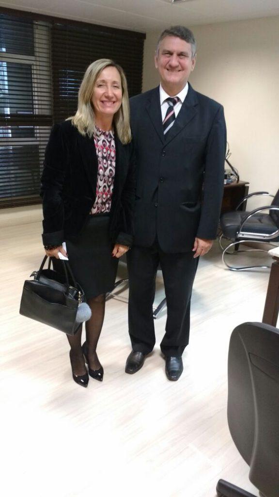 Rogério Macanhão Assessor Parlamentar e a Presidente da AOESC Sra. Diléia Pereira Bez Fontana.