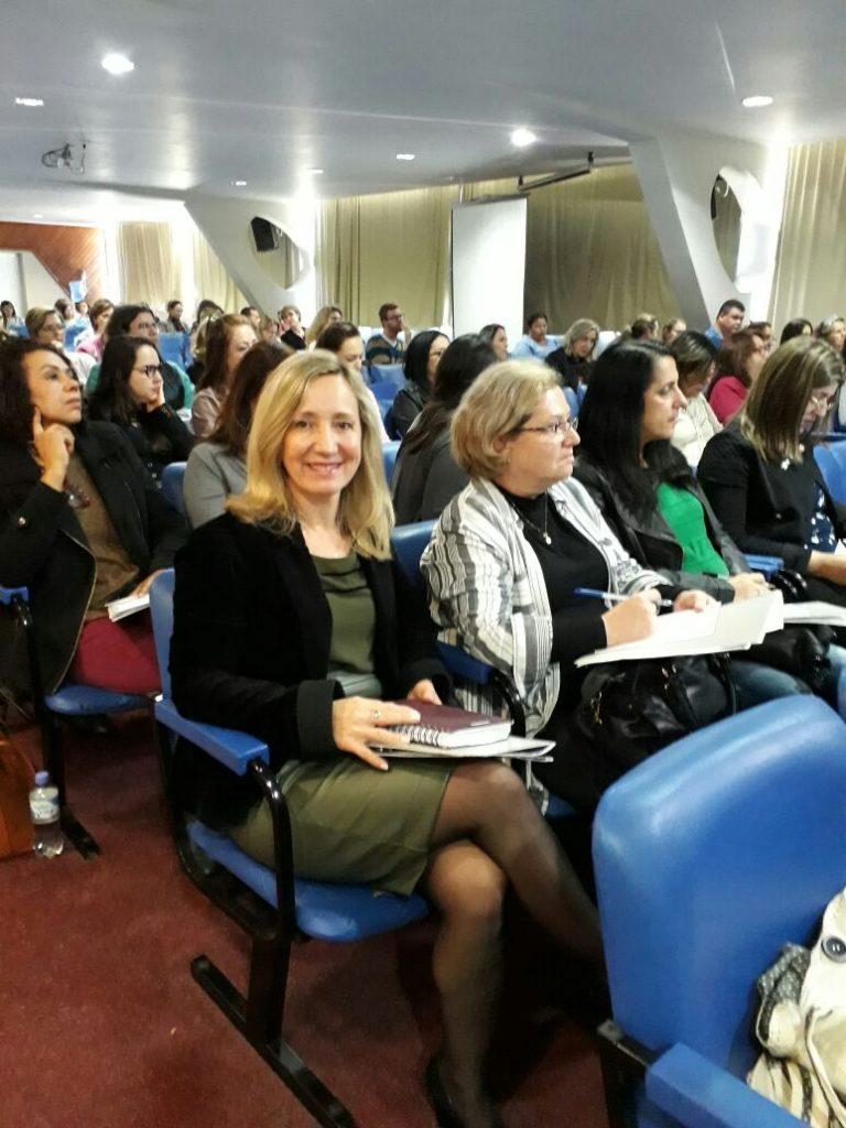 Presidente da AOESC O.E Diléia Pereira Bez Fontana em palestra do XXVI Encontro Estadual dos Supervisores Escolares de Santa Catarina.