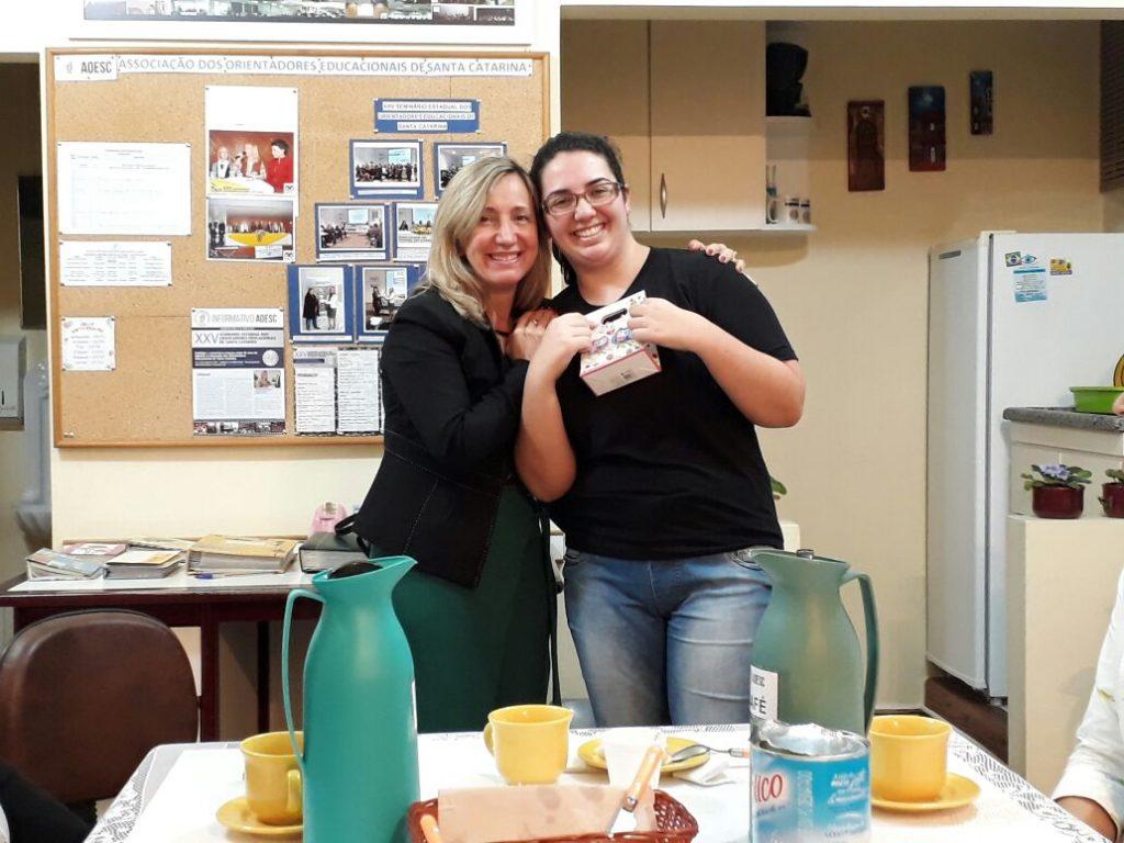 Vice-Presidente Diléia Pereira Bez Fontana entregando lembrança a estagiária Ariana Farias Gregório.
