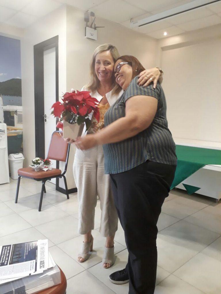 Vice-Presidente da AOESC, O.E diléia Pereira Bez Fontana entregando lembrança a tesoureira da AOESC, O.E Lucia Maria dos Santos Machado