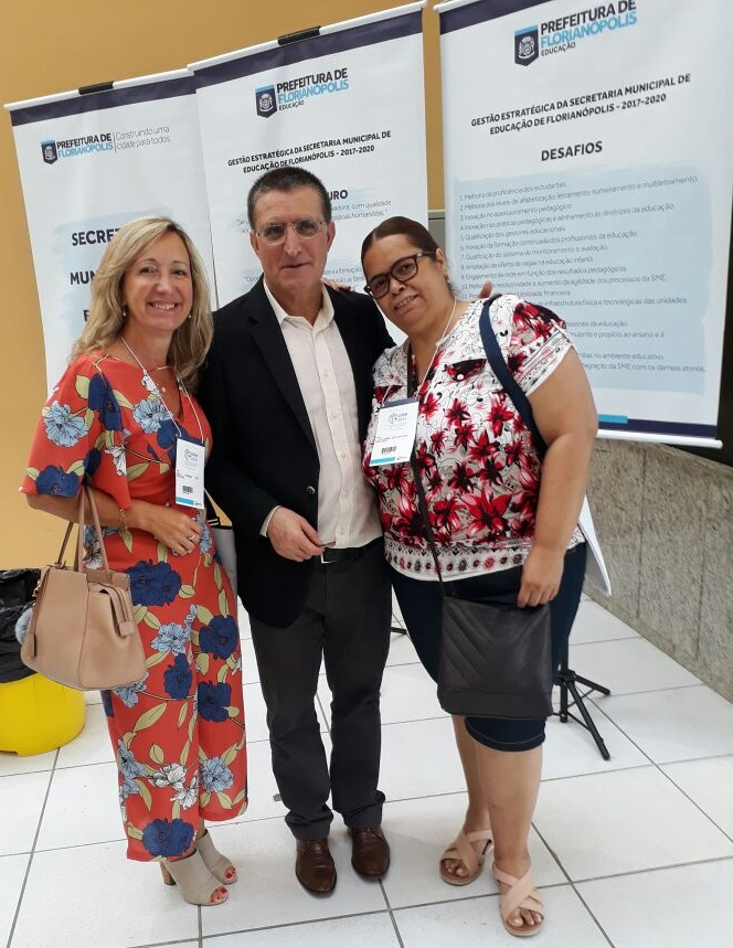 Vice-Presidente da AOESC, Sra. Diléia Pereira Bez Fontana e pela Tesoureira da AOESC, Sra. Lúcia Maria dos Santos Machado com o palestrante Profº Dr. José Augusto Pacheco - Universidade do Minho - UMinho (Portugal).