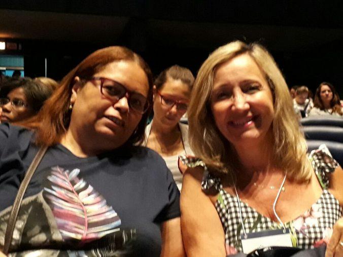 Vice-Presidente da AOESC, Sra. Diléia Pereira Bez Fontana e pela Tesoureira da AOESC, Sra. Lúcia Maria dos Santos Machado nosegundo dia do VII Congresso de Educação Básica.