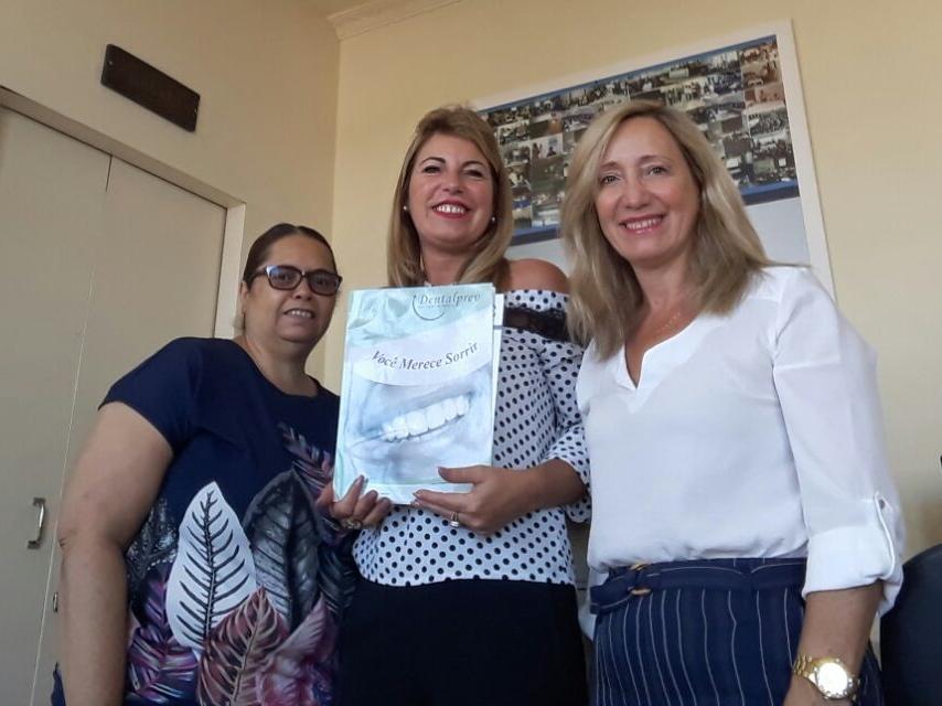 Presidente da AOESC, O.E Diléia Pereira Bez Fontana, Tesoureira da AOESC, O.E Lucia Maria dos Santos Machado e Sra. Roselane Alves, Gerente Comercial da Dentalprev.