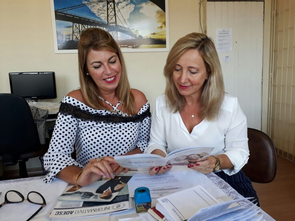 Presidente da AOESC, O.E Diléia Pereira Bez Fontana e Sra. Roselane Alves, Gerente Comercial da Dentalprev.