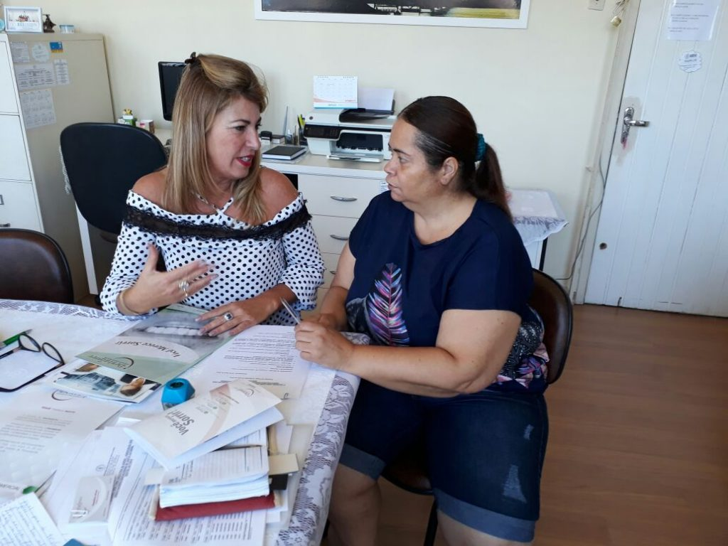 Tesoureira da AOESC, O.E Lucia Maria dos Santos Machado e Sra. Roselane Alves, Gerente Comercial da Dentalprev.