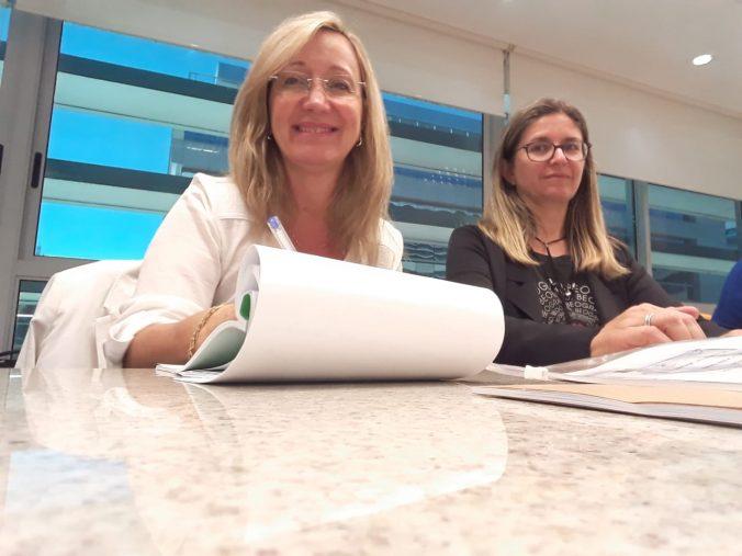 Presidente da AOESC, Sra. Diléia Pereira Bez Fontana e 2ª Tesoureira da AOESC Sra. Katarina Grubisic