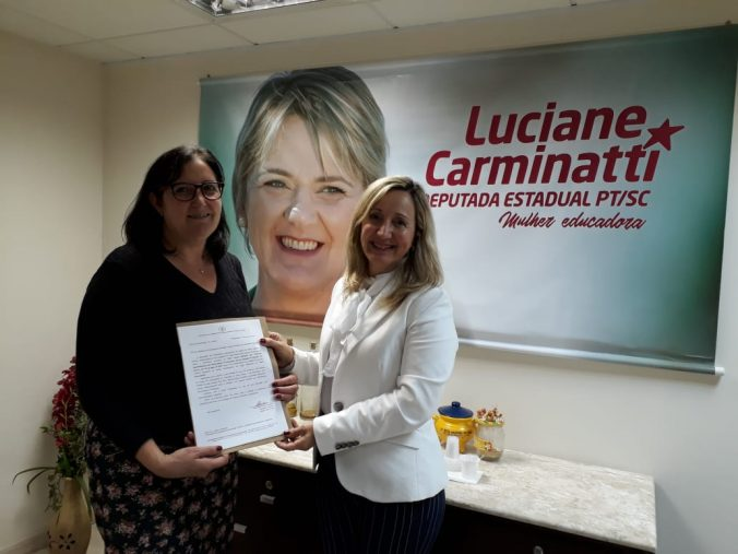 Presidente Diléia Pereira Bez Fontana (AOESC),  e a  Assessora de Gabinete Sra. Katarina, da  Deputada Estadual Luciane Carminatti.