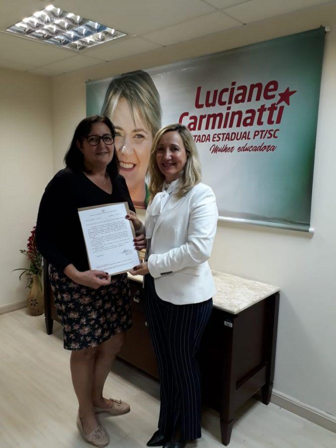 Presidente da AOESC Sra. Diléia Pereira Bez Fontana e Assessora de Gabinete da Deputada Estadual Luciane Carminatti, Sra. Santina Marafun.