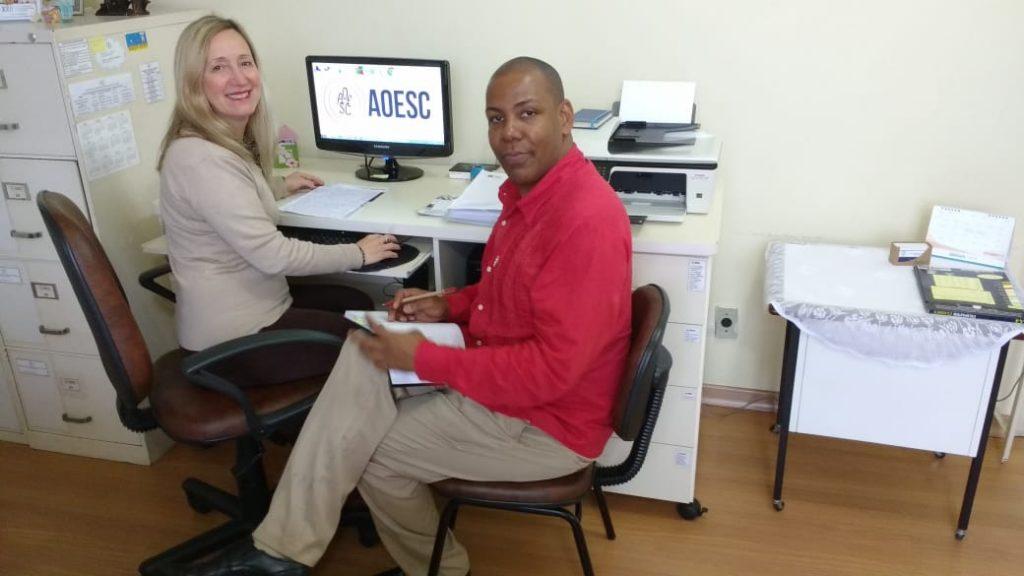 Presidente da AOESC, O.E. Diléia com o Professor e Orientador Educacional Adenilson Ribeiro dos Santos.