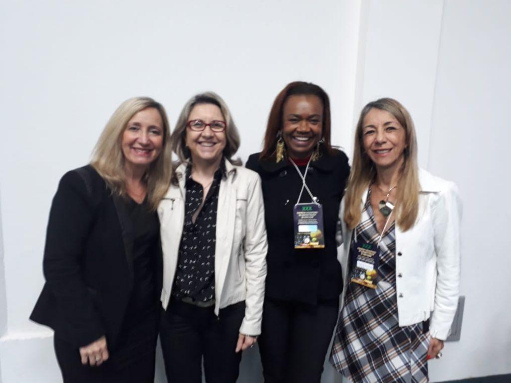 Presidente da AOESC, Sra. Diléia com a Presidente da ASESC. Sra. Rosimeri Jorge da Silva e a 1ª Vice-Presidente de ASESC, Sra. Selma David lemos.