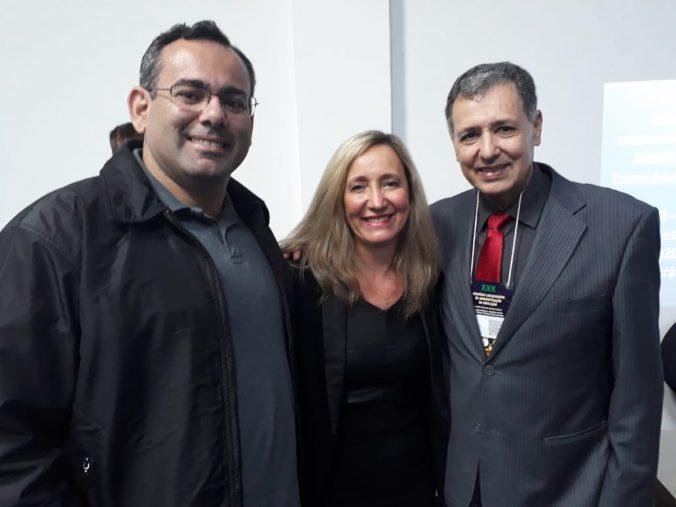 Presidente da AOESC, Sra. Diléia Pereira Bez Fontana, com o Presidente da AAESC, Sr. Eloi Zambon e o Palestrante Sandro Medeiros.
