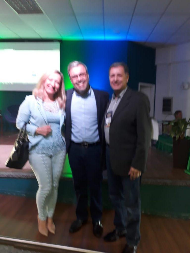 Presidente da AOESC, Sra. Diléia, com o Presidente da AAESC, Sr. Eloi Zambon e o Palestrante Prof. Dr. Lourival Martins Filho
