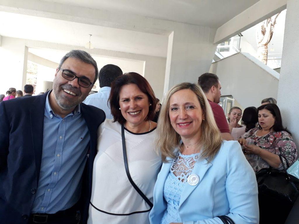Presidente da AOESC, Sra. Diléia, com o Palestrante Prof. Dr. Lourival Martins Filho e com Associada da AOESC