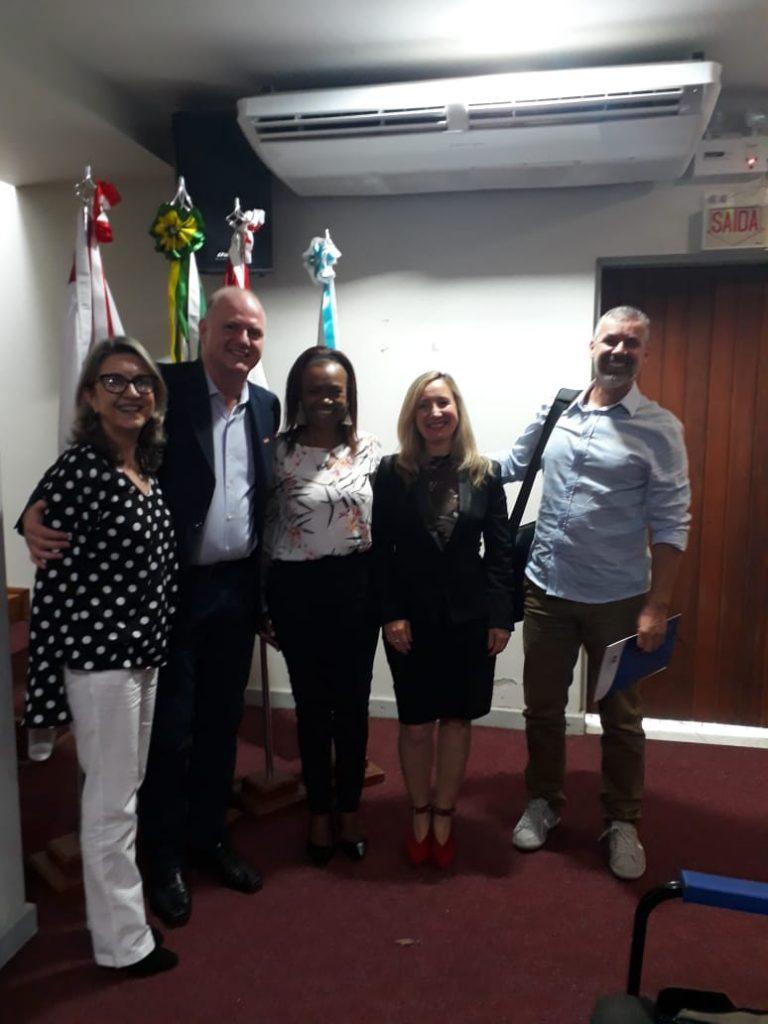 Presidente da AOESC, Sra. Diléia, com o Secretário Adjunto, da Secretaria Estadual de Educação, Sr. Gildo Volpato, a 1ª Vice-Presidente, Sra. Selma David lemos, a Presidente da ASESC, Sra. Rosimeri Jorge da Silva