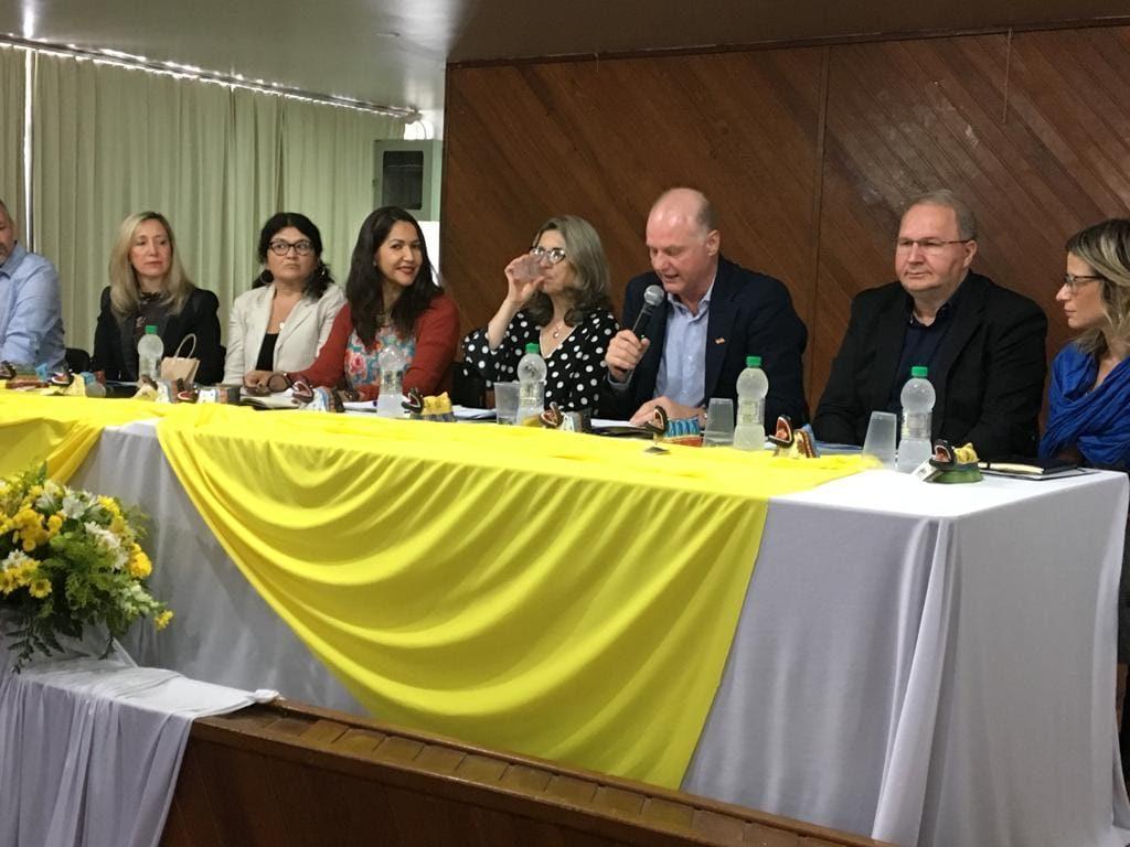 Secretário Adjunto, Sr. Gildo Volpato, da Secretaria de Estado da Educação de Santa Catarina, fazendo o seu relato.