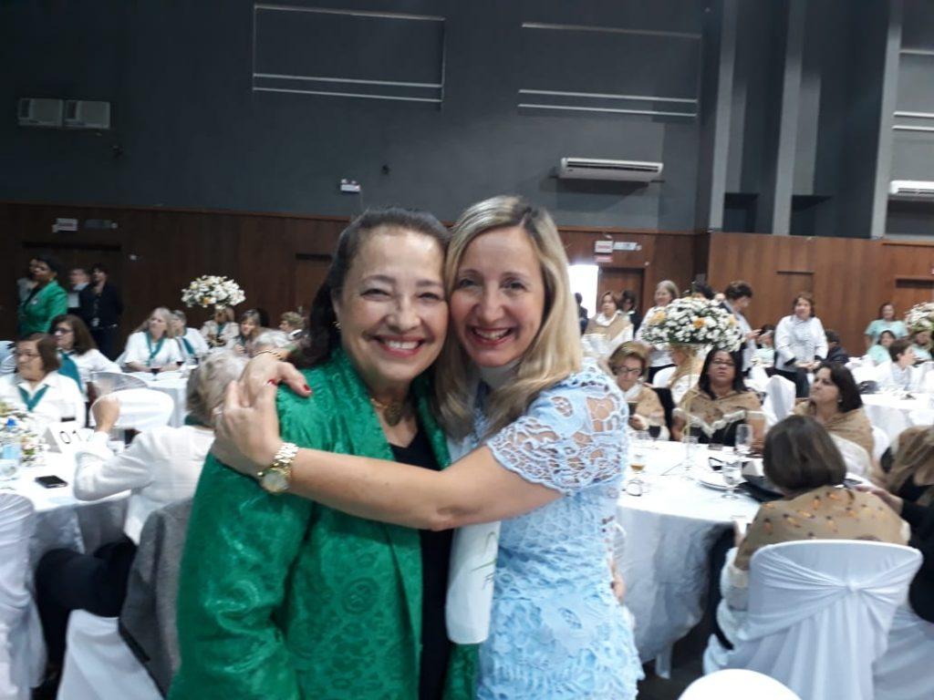 Presidente da AOESC, Sra. Diléia com Profa. do Ginásio na E.B. Aderbal Ramos da Silva em Tubarão.
