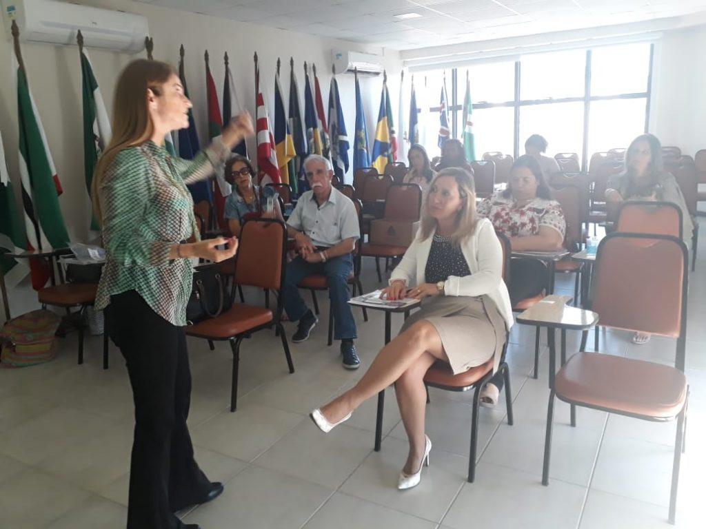 """Palestrante Professora Mestra Cláudia Messores. Tema da Palestra: """"Aposentadoria: Como encarar esse novo ciclo?"""""""