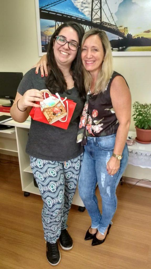 Presidente Diléia Pereira Bez Fontana, com a estagiária Ariana.