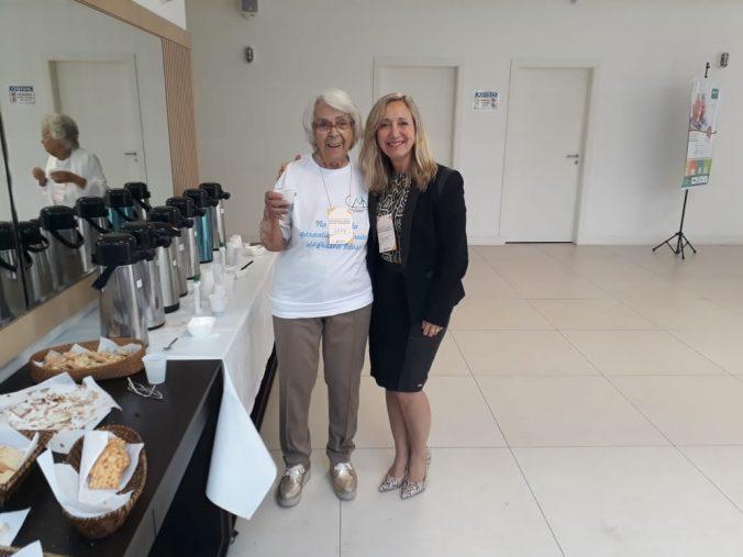 Presidente da AOESC, Sra. Diléia Pereira Bez Fontana com a Presidente do Conselho Municipal do Idoso, Sra. Leny Baessa.