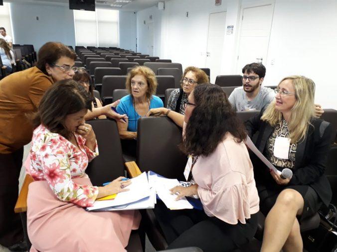 Presidente da AOESC, Sra. Diléia Pereira Bez Fontana coordenando o Eixo I