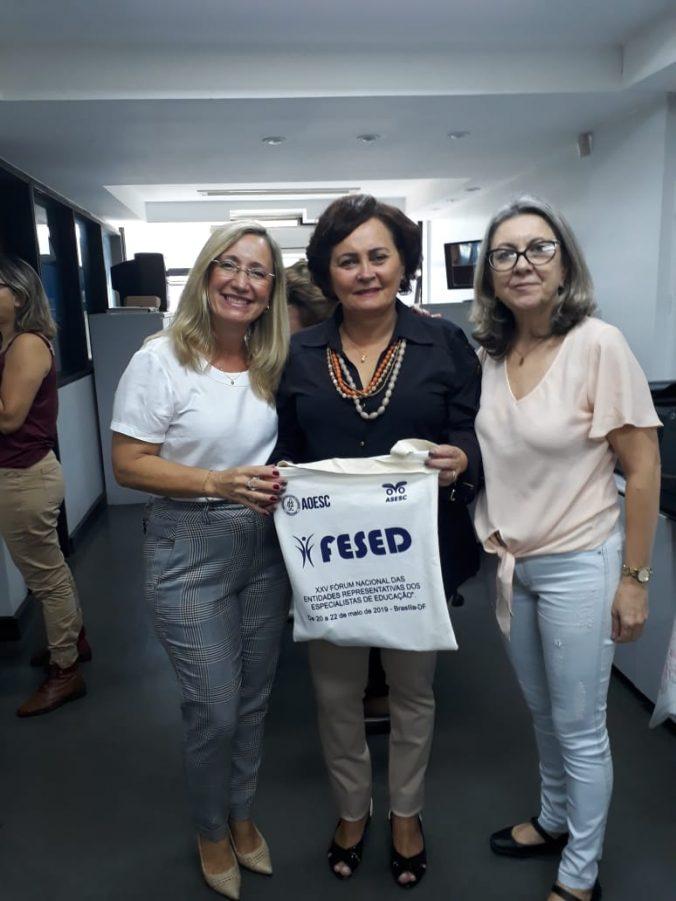 Presidente da AOESC, Sra. Diléia Pereira Bez Fontana com a presidente da ASESC, Sra. Rosimeri Jorge da Silva e a Palestrante Profa. Dra. Olgamir Amancia