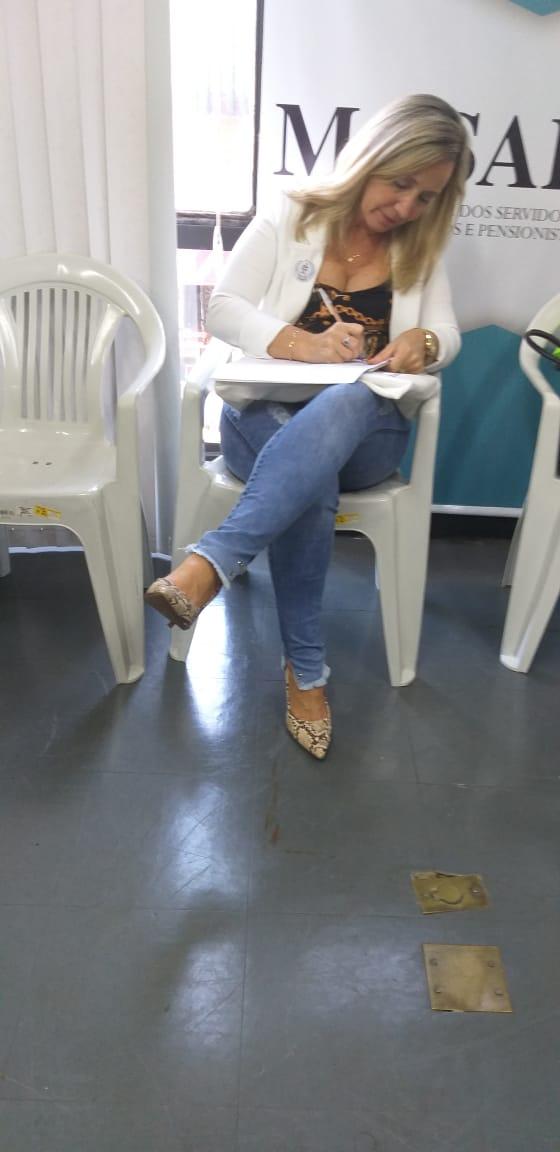 Presidente da AOESC, Sra. Diléia Pereira Bez Fontana assinando a Carta Documental do XXV FÓRUM NACIONAL DAS ENTIDADES REPRESENTATIVAS DOS ESPECIALISTAS EM EDUCAÇÃO- FESED