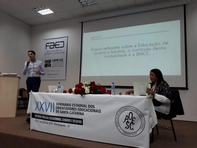 """Palestra: """"Dialogando sobre a EJA e as Políticas Públicas/BNCC"""" Palestrante: Prof. Dr. Anderson Carlos Santos de Abreu. Coordenadora de Mesa: Profa. Dra. Vera Márcia Marques Santos ( LabEduSex- UDESC/CEAD)"""