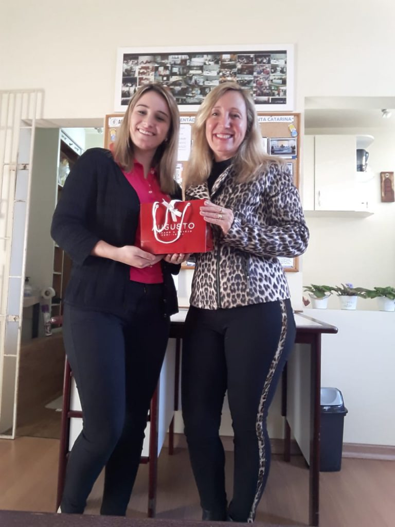 A Diretoria da AOESC  presenteia pelo aniversário da estagiária Sofia