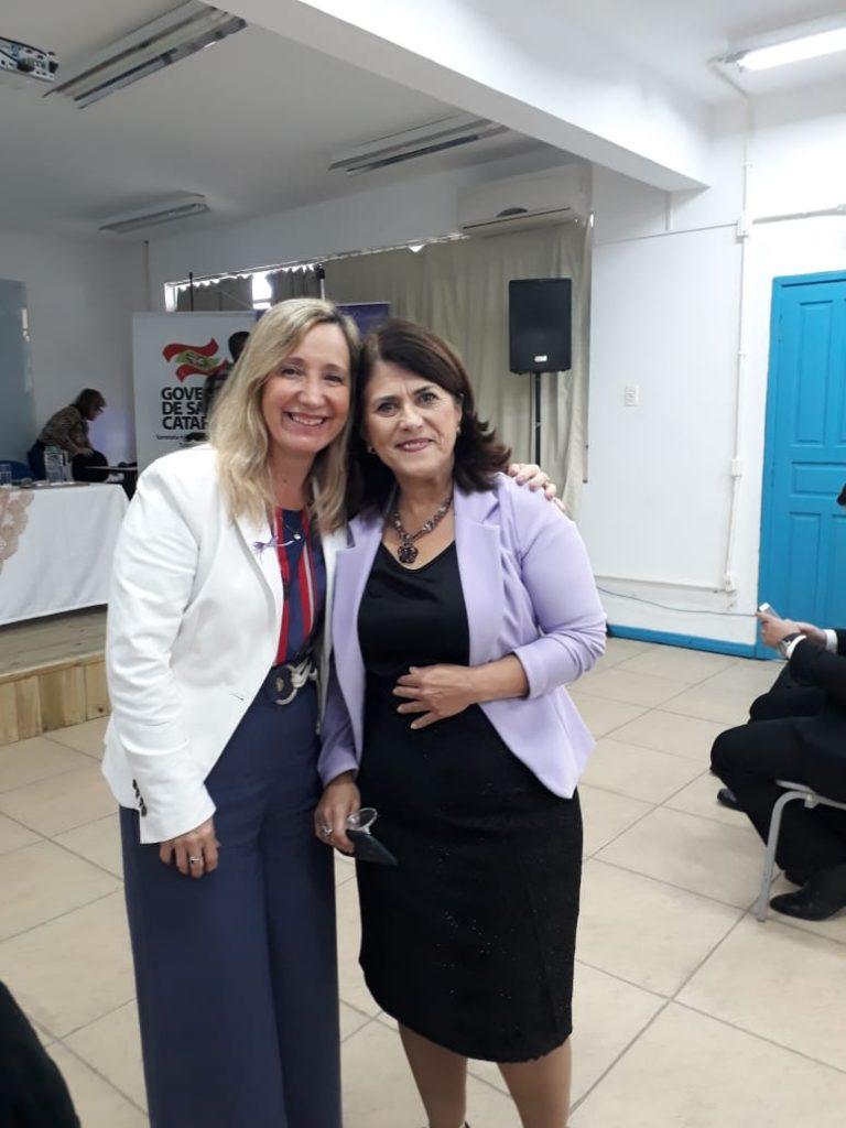 A Presidente O.E. Diléia Pereira Bez Fontana com a Coordenadora da COORDENADORIA DA MULHER DE FLORIANÓPOLIS Sr. Roseli Pereira .