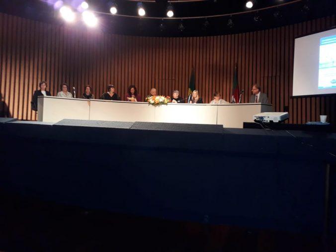 Presidente Sra. Diléia Pereira Bez Fontana participando da Mesa de Autoridades na Solenidade de Abertura.