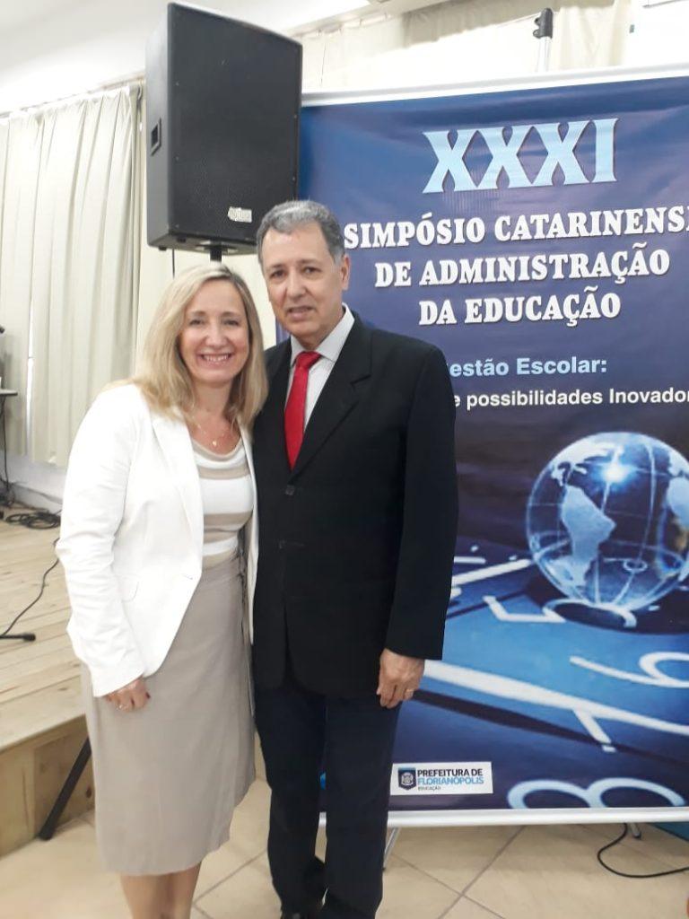 Presidente da AOESC, Sra. Diléia, com o Presidente da AAESC, Sr. Eloi Zambon.