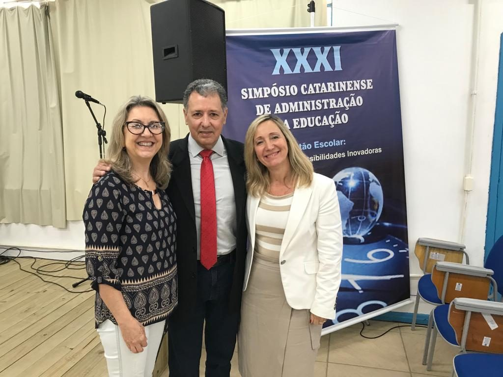 Presidente da AOESC, Sra. Diléia com a Presidente da ASESC. Sra. Rosimeri Jorge da Silva e o Presidente da AAESC, Sr. Eloi Zambon.