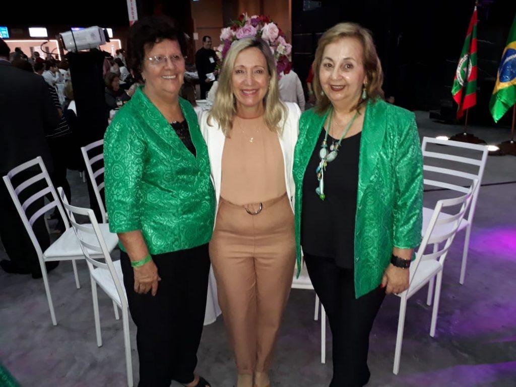 As Presidentes da AOESC, Diléia Pereira Bez Fontana e Presidente da ACP juntamente com a Futura Presidente Profa. Marilda