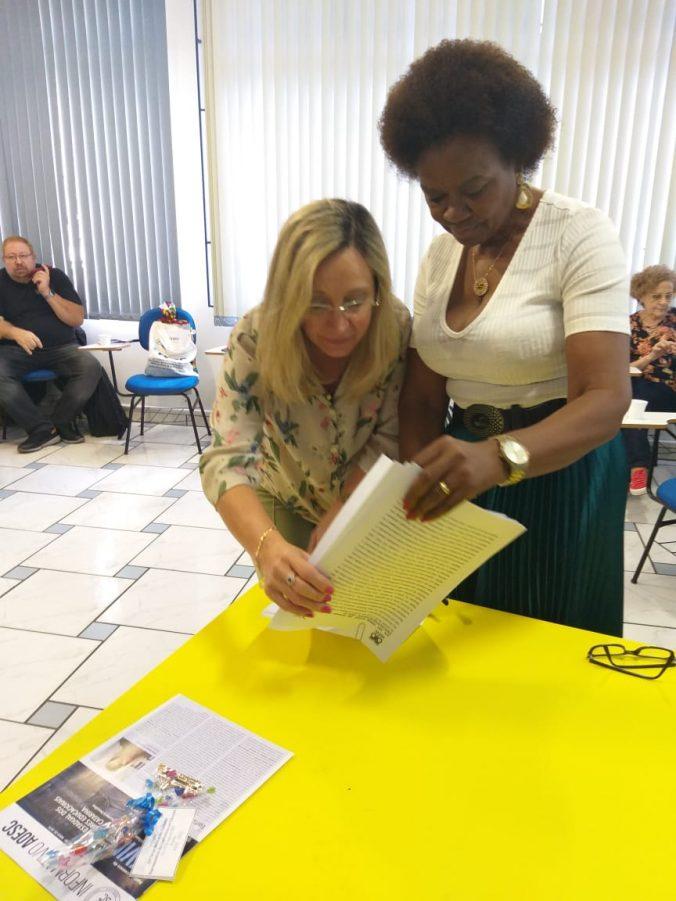 Presidente da AOESC, Sra. Diléia Pereira Bez Fontana assinando Documentos do XXV FESED.